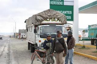 マカ収穫へ人を運ぶトラック2.JPG