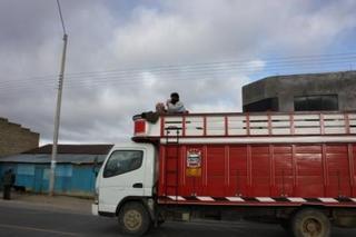 マカ収穫へ人を運ぶトラック5.JPG