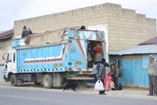 マカ収穫へ人を運ぶトラック7.JPG