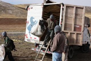 トラックから下りる人達.JPG